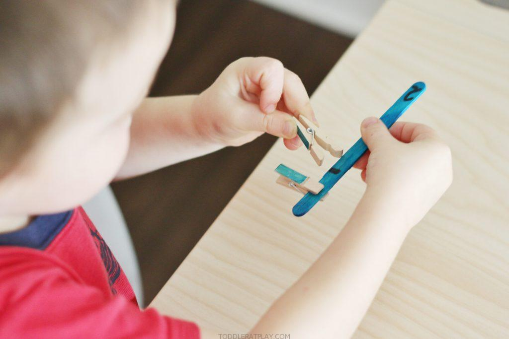 popsicle stick +clothespin Colour match- toddler at play (4)
